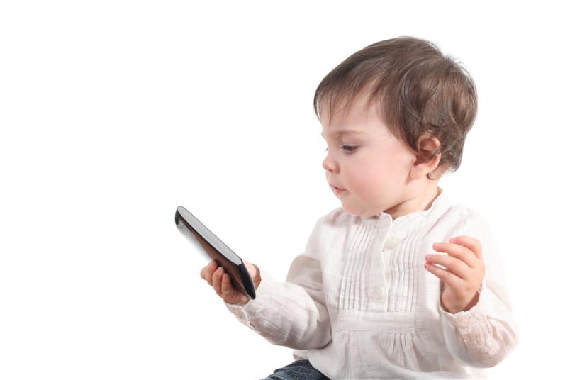 I bambini esposti allo schermo dello smartphone hanno maggiori rischi di sviluppare ritardi nel linguaggio